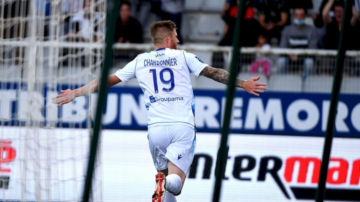 Ligue 2 : Auxerre cartonne Niort et devient le nouveau dauphin, Pau s'offre Caen