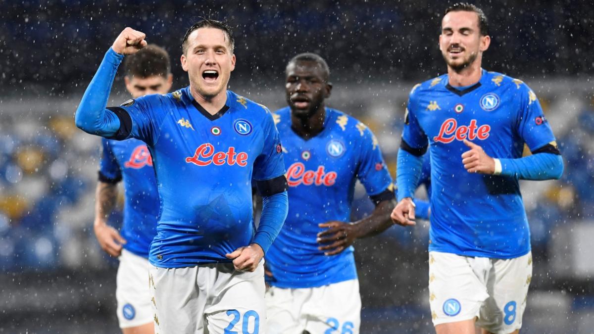 Piotr Zielinski celebrates a gol del Nápoles