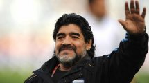 Bernard Tapie rend hommage à Diego Maradona