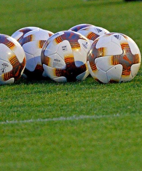 Ballons adidas sur un terrain de football