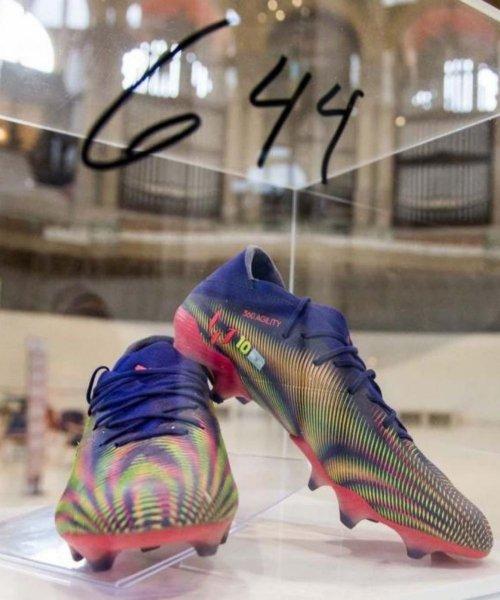 Les chaussures du record de but de Lionel Messi exposées au Museu Nacional d'Art de Catalunya