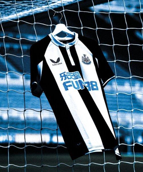 Le maillot domicile de Newcastle United pour la saison 2021-2022, conçu par Castore.