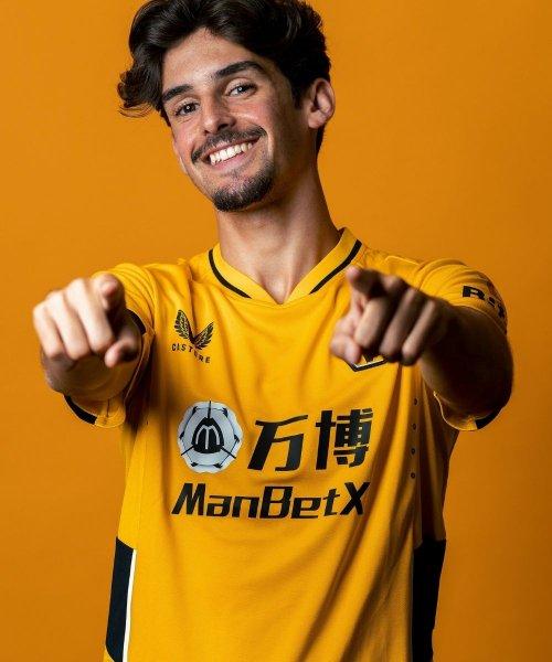 Francisco Trincão avec le nouveau maillot des Wolves, imaginé par Castore