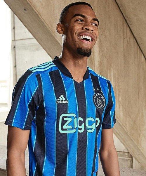 Le maillot extérieur de l'Ajax Amsterdam pour la saison 2021-2022 !