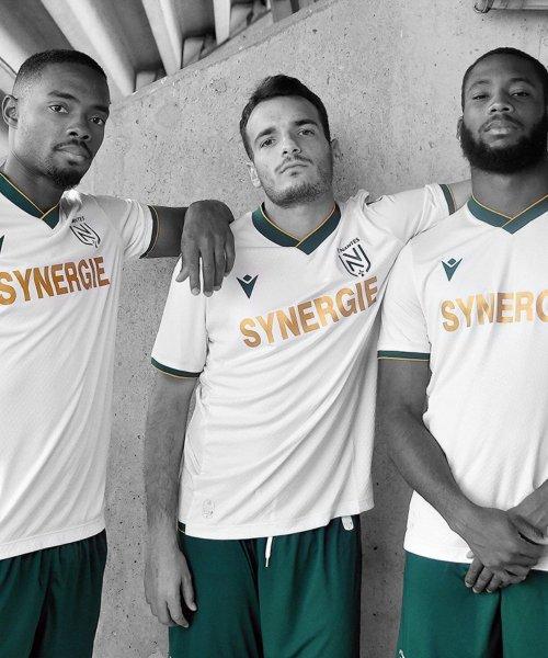Les joueurs du FC Nantes posent avec le maillot extérieur 2021-2022