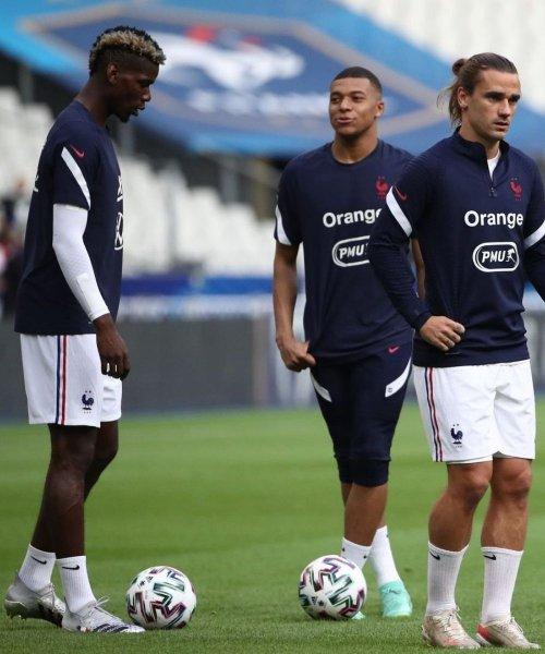 Paul Pogba, Kylian Mbappé et Antoine Griezmann à l'échauffement