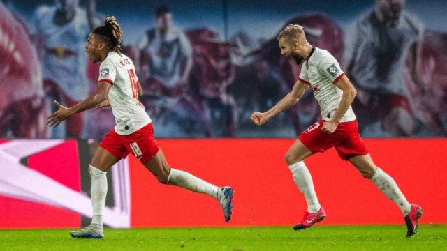 Christopher Nkunku, ici à gauche, célèbre un but avec Leipzig