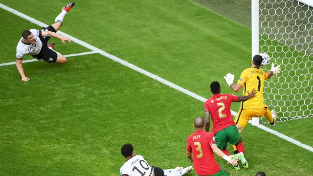 Le but refusé de Robin Gosens contre le Portugal