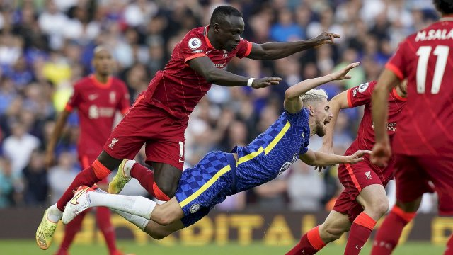 Sadio Mané (Liverpool) au duel avec Jorginho (Chelsea)