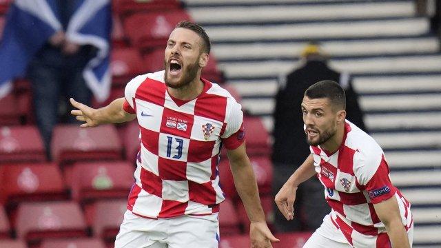 Vlasic célèbre son but qui relance son équipe, la Croatie, dans la course aux 8es.