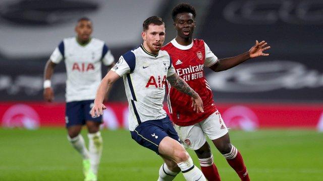 Pierre-Emile Højbjerg avec Tottenham face à Bukayo Saka (Arsenal)