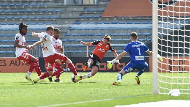 Laurent Abergel (Lorient) marque contre Brest