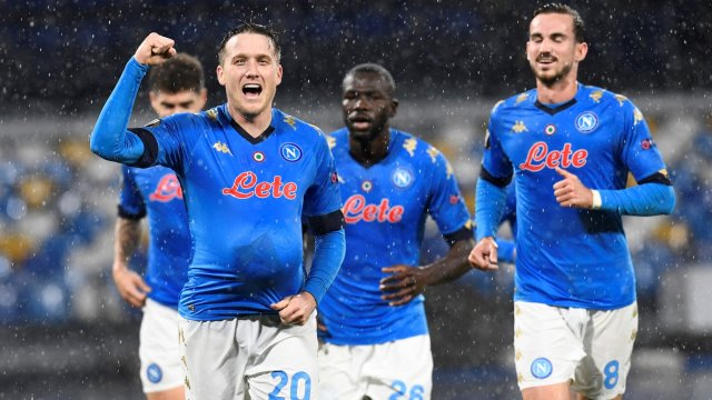 Piotr Zielinski celebra un gol del Nápoles