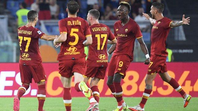 Veretout, Abraham et Mkhitaryan célèbrent un but de l'Arménien contre la Fiorentina