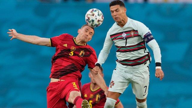 Thomas Vermaelen au duel face à Cristiano Ronaldo