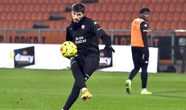 Adrian Grbić lors d'un échauffement d'avant-match avec Lorient