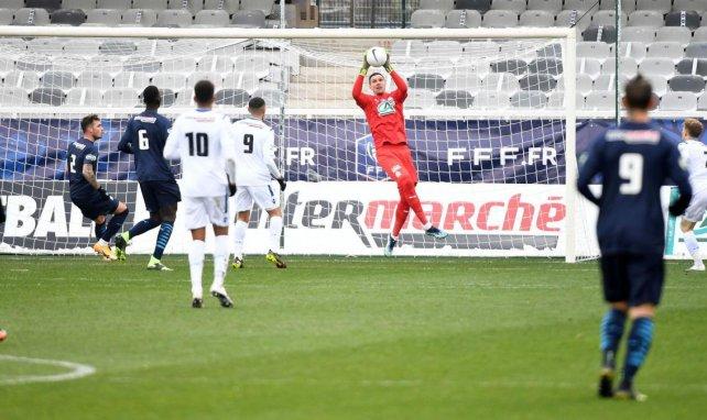 Yohann Pelé récupère un ballon dans la surface pendan AJA-OM en Coupe de France