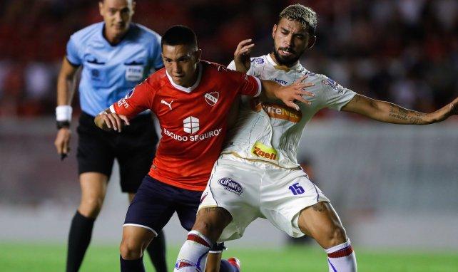Alan Velasco, ici à gauche sous le maillot de l'Independiente