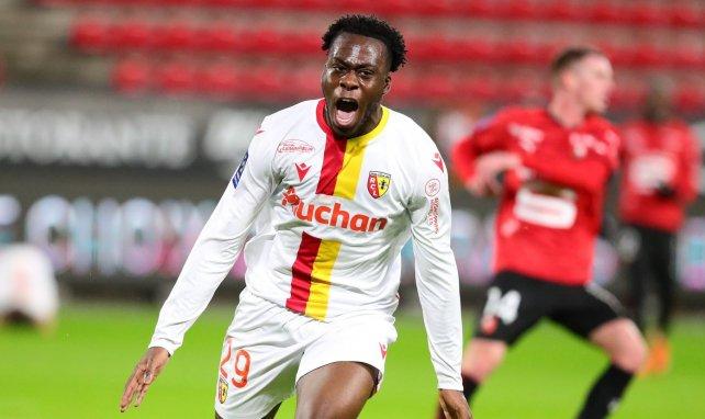 Arnaud Kalimuendo célèbre un but avec le RC Lens