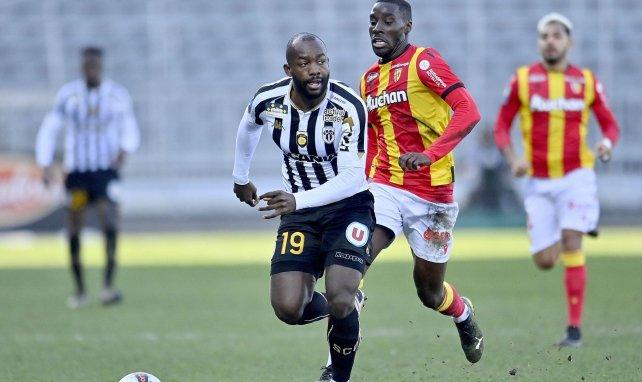 Stéphane Bahoken avec Angers en Ligue 1 face au RC Lens