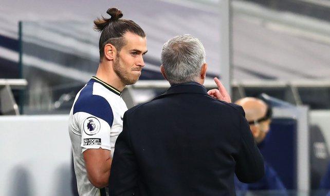 Gareth Bale écoute les conseils de José Mourinho avant d'entrer sur la pelouse
