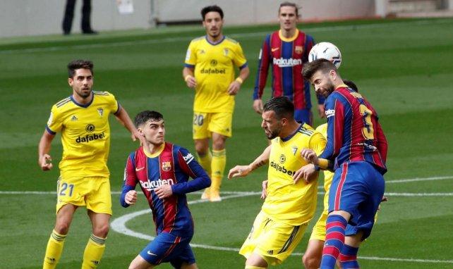 Les joueurs de Cadiz et du Barça à la lutte pour un ballon aérien