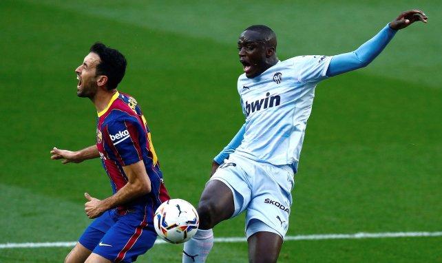 Sergio Busquets au duel avec Mouctar Diakhaby lors de Barcelone-Valence