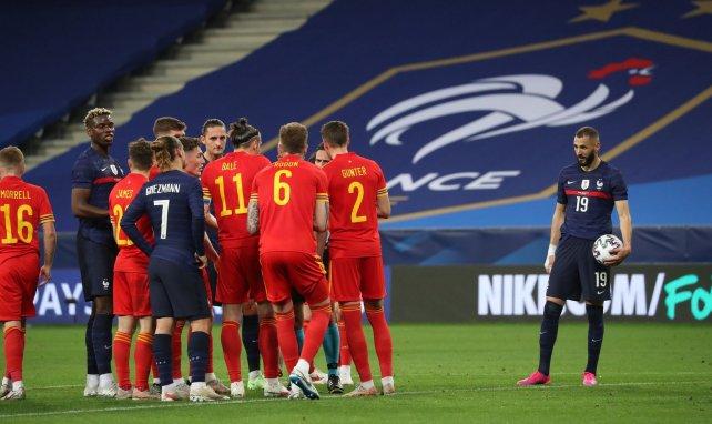 Karim Benzema juste avant de tirer et rater son penalty contre le Pays de Galles