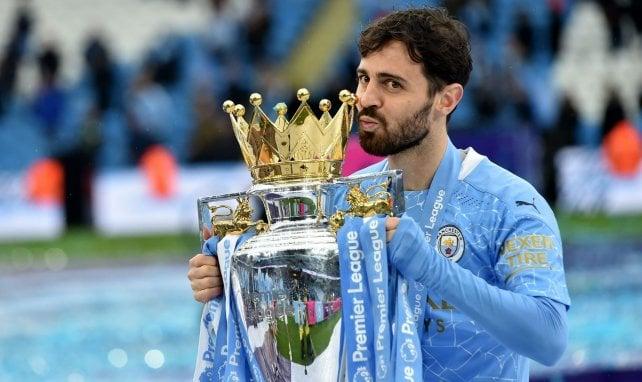 Bernardo Silva avec le trophée de la Premier League