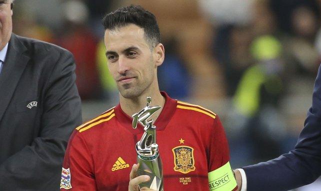 Sergio Busquets avec le trophée du meilleur joueur du Final 4 de la Ligue des Nations