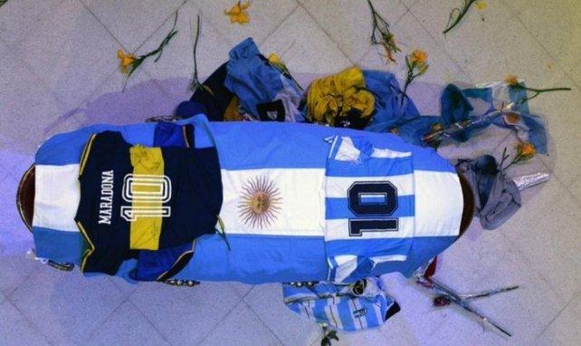 Des maillots floqués du numéro 10 recouvrent le cercueil de Diego Maradona
