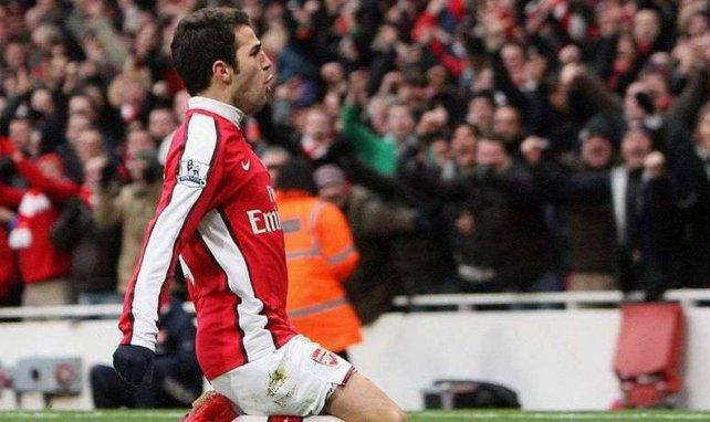 Cesc Fabregas célébrant un but face à Aston Villa avec Arsenal