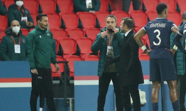 Sebastian Colţescu (à gauche), le 4e arbitre de la rencontre PSG-Istanbul BB
