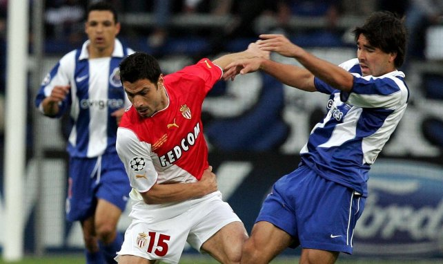 Deco à la lutte face à Andreas Zikos le 26 mai 2004 en finale de la C1 entre Monaco et Porto
