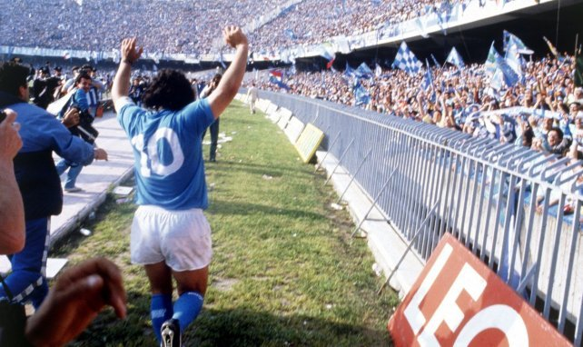 Diego Maradona, idole de Naples ici au San Paolo