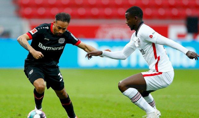 Karim Bellarabi (Leverkusen) au duel avec Evan N'Dicka (Francfort)