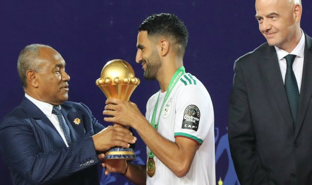 Le président de la CAF Ahmad Ahmad remet le trophée à Riyad Mahrez
