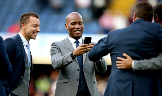 Didier Drogba prend des photos avant un match de charité à Stamford Bridge