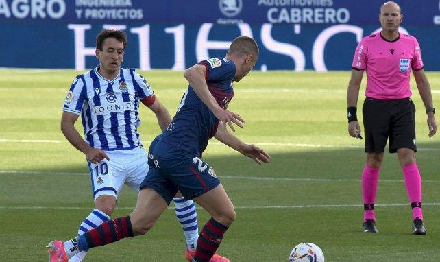 Mikel Oyarzabal (Real Sociedad) face à Denis Vavro (Huesca)