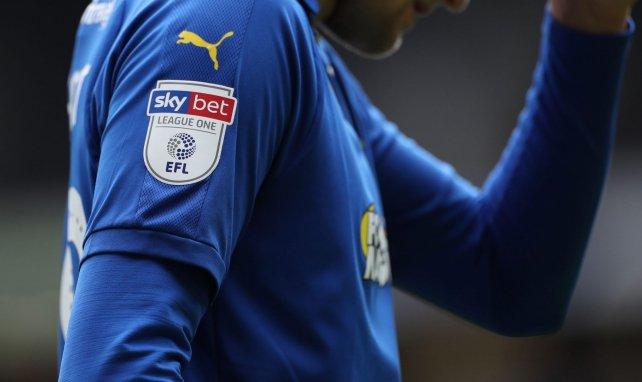 Le logo de l'EFL sur le maillot d'une équipe de League One