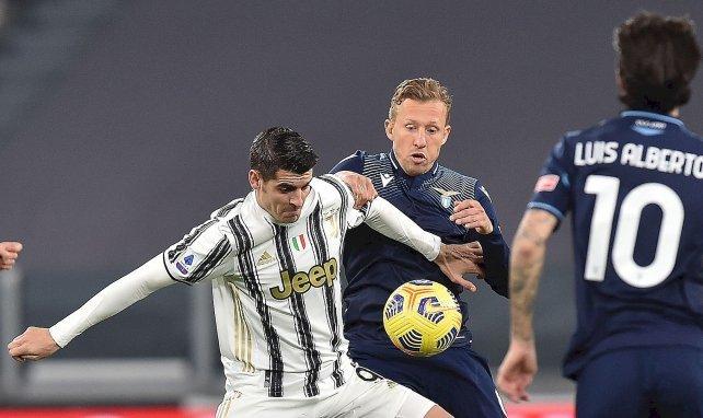 Alvaro Morata (Juventus) au duel avec Lucas Leiva (Lazio)