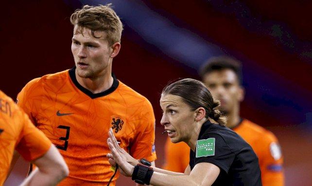 Matthijs de Ligt sous le maillot des Pays-Bas en discussion avec Stéphanie Frappart