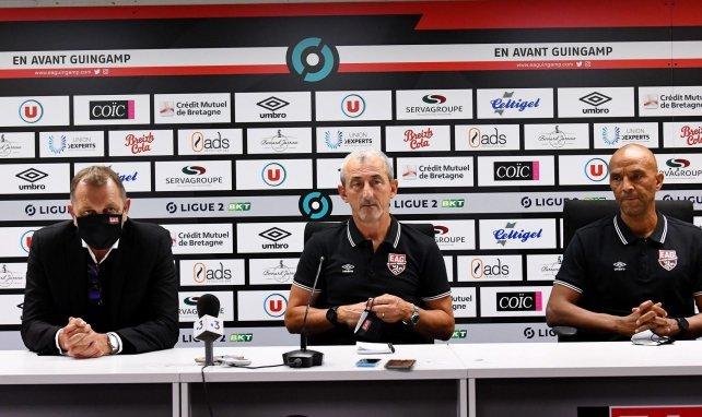 Mecha Bazdarevic, ici entouré de Xavier Gravelaine le directeur du football et d'Armand Sène le préparateur physique, est le nouvel entraîneur de Guingamp