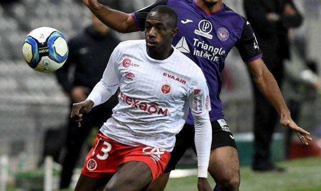 Hassane Kamara à la lutte avec un défenseur de Toulouse en Ligue 1