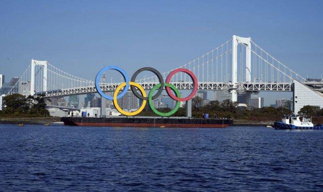 Le logo des Jeux Olympiques devant l'Odaiba Marine Park à Tokyo
