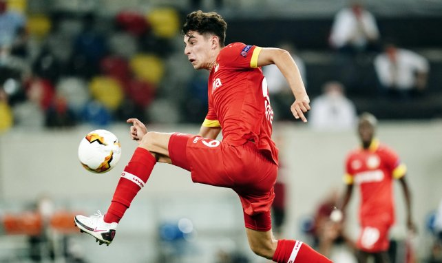 Kai Havertz contrôle un ballon avec le Bayer Leverkusen