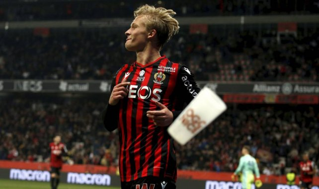 Kasper Dolberg célèbre un but avec l'OGC Nice