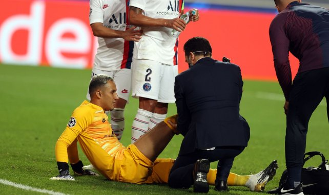 Keylor Navas en train de se faire soigner par son staff médical