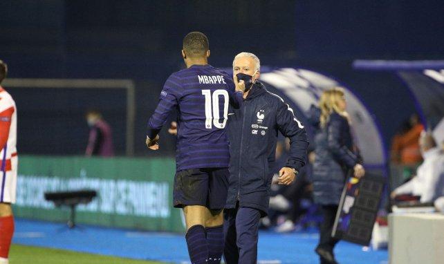 Kylian Mbappé tape dans la main de Didier Deschamps lors de Croatie-France