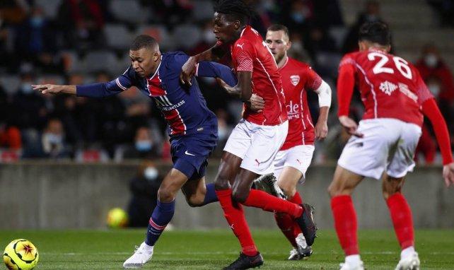 Kylian Mbappé à la lutte avec Lamine Fomba, lors de Nîmes-PSG